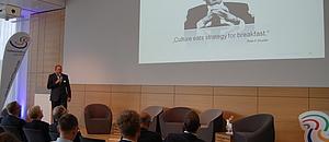 Jan Welke bei seinem Vortrag wie Strategien gelebte Realität werden.